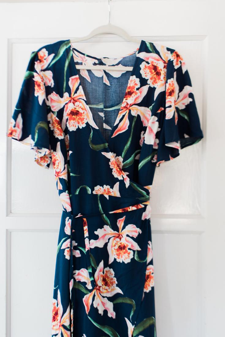 Jules and Louis blog - Wat is een capsule wardrobe - bloemenkleed op hanger.png