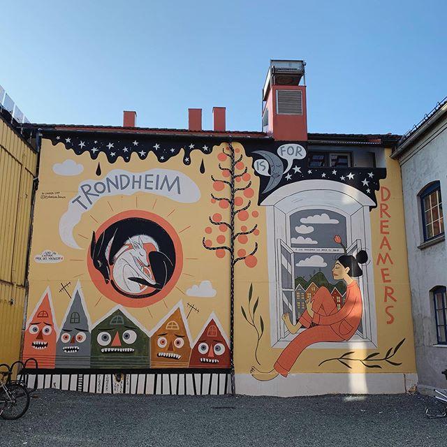 Trondheim er for drømmere. Nydelig veggkunst av @linnearte 🤩  #veggkunst #streetart #trondheimisfordreamers