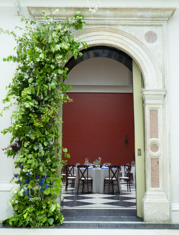 Hampton_Court_House_foam_free_flower_arch.jpg