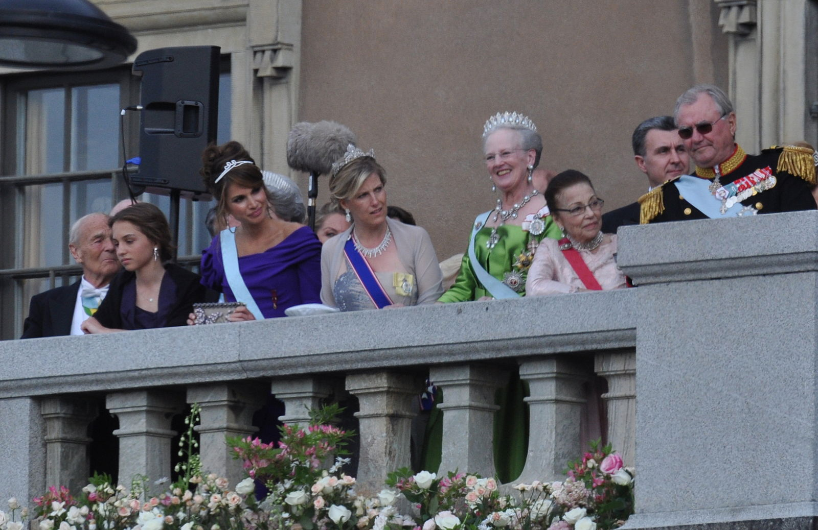 Queen Rania on the terrace of the Royal Palace of Stockholm. Her daughter, Princess Iman is to her right. Photo: Prolineserver via Wikimedia Commons