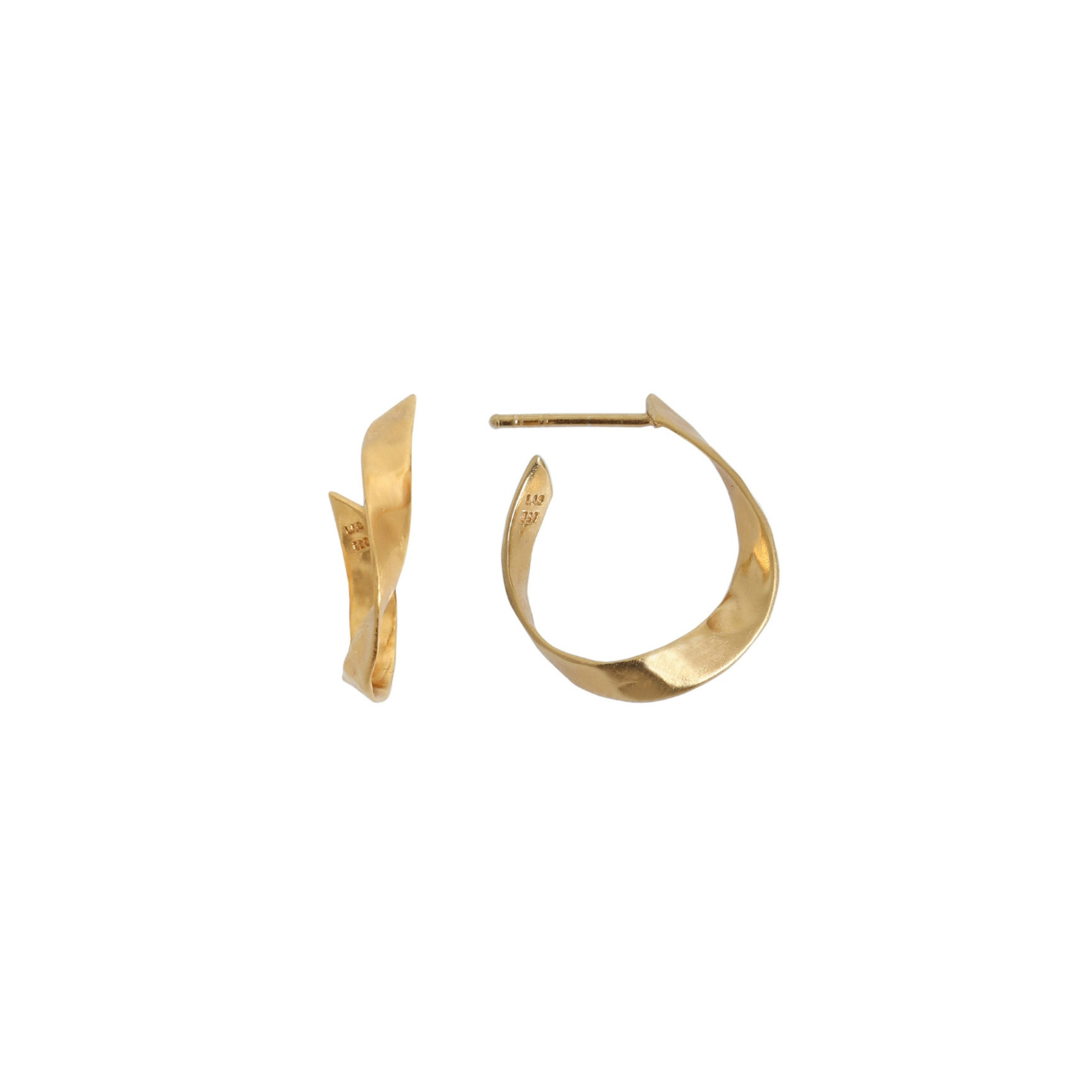 Stine-A-Twisted-Hammered-Creol-Earring-forgyldt-gold-oerering-stik-SAJ.w1220.h1220.backdrop.png