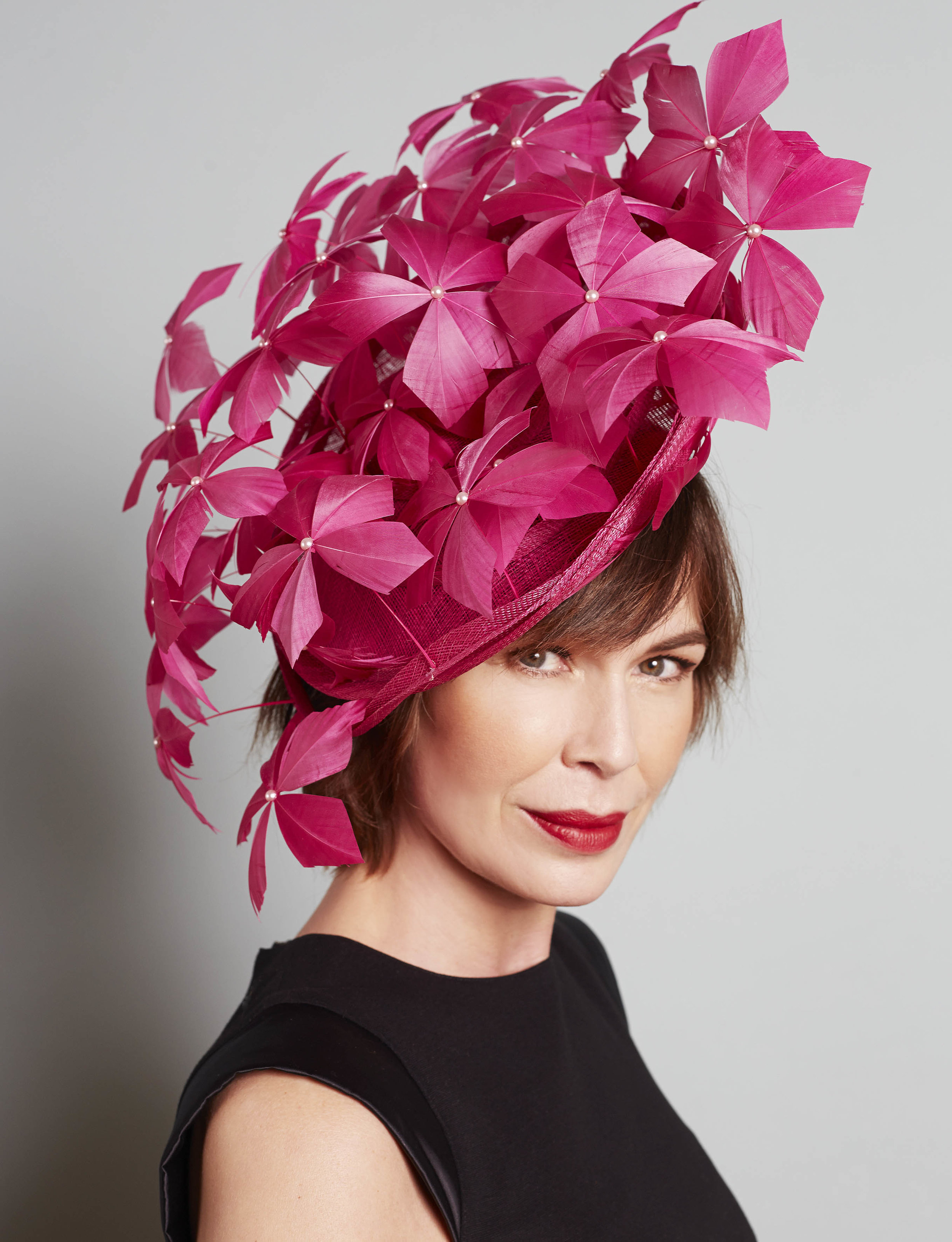 feather-hat-hot-pink-Red-label-49500-€.jpg
