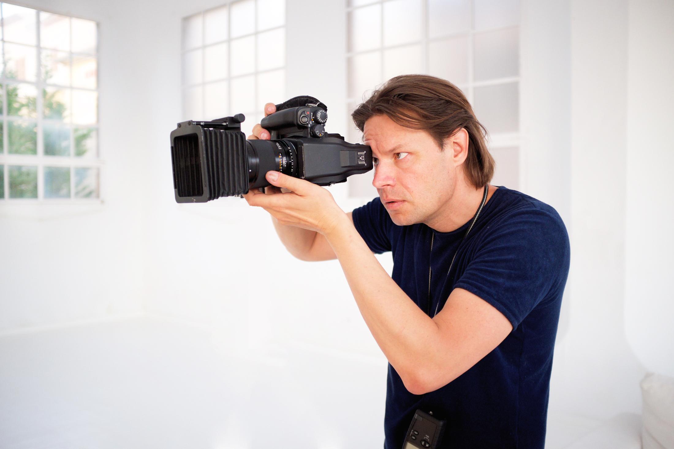 """Oliver Brenneisen - Ihr preisgekrönter Fotograf für CEO Portraits und Unternehmensfotografie. Mit über 25 Jahren internationaler Erfahrung auf dem Markt.""""Portraitfotografie ist für mich die Königsklasse"""", sagt der Profi-Fotograf. Ein Porträt ist für ihn gelungen, wenn es Charakterzüge sichtbar macht und eine Geschichte erzählt.Zum Fotografieren bevorzugt er natürliches Licht, zu seinen Fotoproduktionen zählen Standbilder als auch bewegte Bilder. Seine größte Stärke? Die Atmosphäre bildlich einzufangen und Prozesse lebendig zu dokumentieren – für charismatische, ausdrucksvolle Aufnahmen.Seine Arbeiten werden von Fotoagenturen weltweit vertrieben, in Zeitschriften und Büchern veröffentlicht sowie in der Unternehmenskommunikation eingesetzt."""
