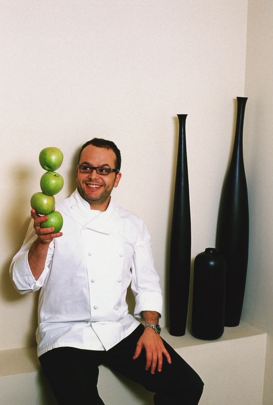 Spain, Catalonia, Barcelona, Spanish Chefs, Restaurant Alkimia, Portrait of Chef Jordi Vila with four apples.  - Spanien, Katalonien, Barcelona, Restaurant Alkimia, Potrait des Chefkoch Jordi Vila mit vier Aepfeln.  10.12.2005 - 48 MB.  Copyright: Oliver Brenneisen