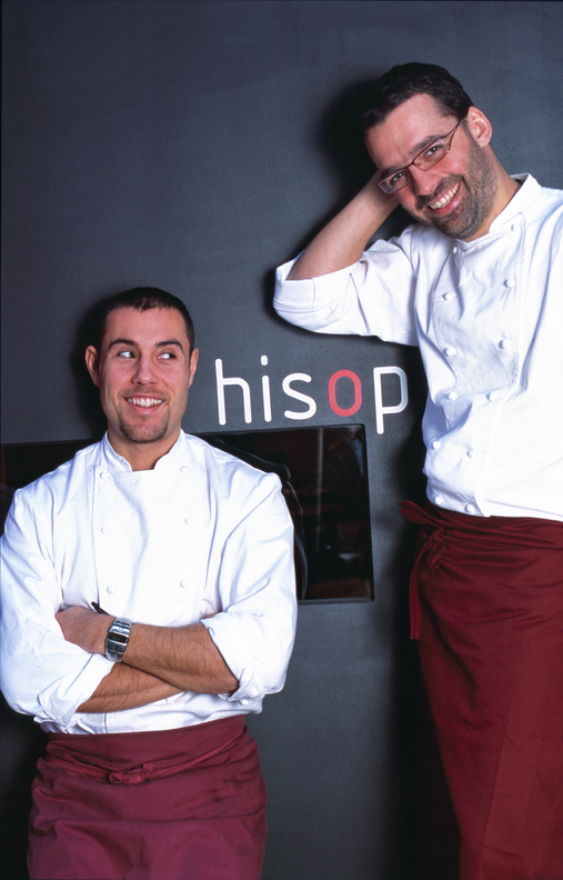 Spain, Catalonia, Barcelona, Spanish Chefs, Restaurant hisop, Chefs Guillem Pla V. (left) and Oriol Ivern in the entrance of their Restaurant.  - Spanien, Katalonien, Barcelona, Restaurant hisop, Chefkoeche Guillem Pla V. (links) und Oriol Ivern im Eingang ihres Restaurants.  14.12.2005 - 53 MB. Copyright: Oliver Brenneisen