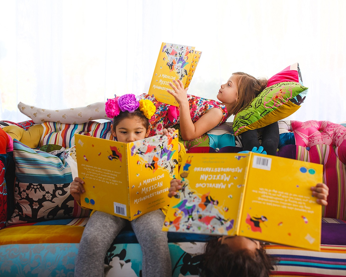 worldwide_buddies_picture_book_mexico_products_reading_2.jpg