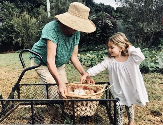 Little Madi helping Libioso marveloso with the eggs yesterday 🐓🐥 We learn by doing, that's why it's so essential to involve our kids. Every day we have little ones excited by the simplest of life's pleasures. It's amazing to see kids so present when running around, dirtying their clothes with grass under their feet. It seems as if this is where we belong 👩🏼‍🌾🍃 Photo by our lovely friend Britt @the_o_journal_ 💛