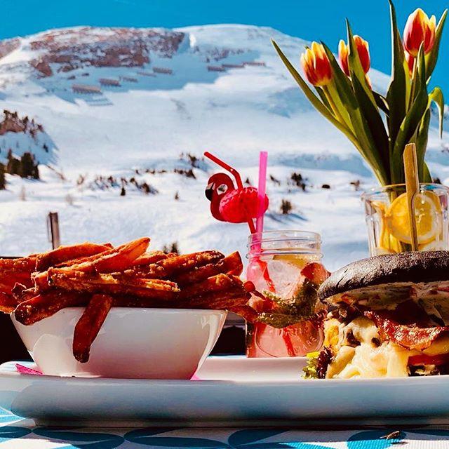 Sonnenskilauf pur & ein leckerer Burger, dazu einer unserer 'Frechen Spritzer' ... Herz was willst Du mehr! Für Euch geöffnet bis 1. Mai! #lazyflamingoobertauern #burgerrestaurant #obertauern #loveobertauern #obertauern2019 #obertauern_com #sonnenskilauf #burger #buttersnow