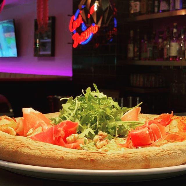 Special of the week: Pizza CALIFORNIA mit unserem hausgemachten Teig, Tomaten, Mozzarella, Gorgonzola, kalifornischen Walnüssen, Rucola & San Daniele Schinken ... eine herrliche Kombi! #lazyflamingoobertauern #pizza #hausgemacht #specialoftheweek #obertauern