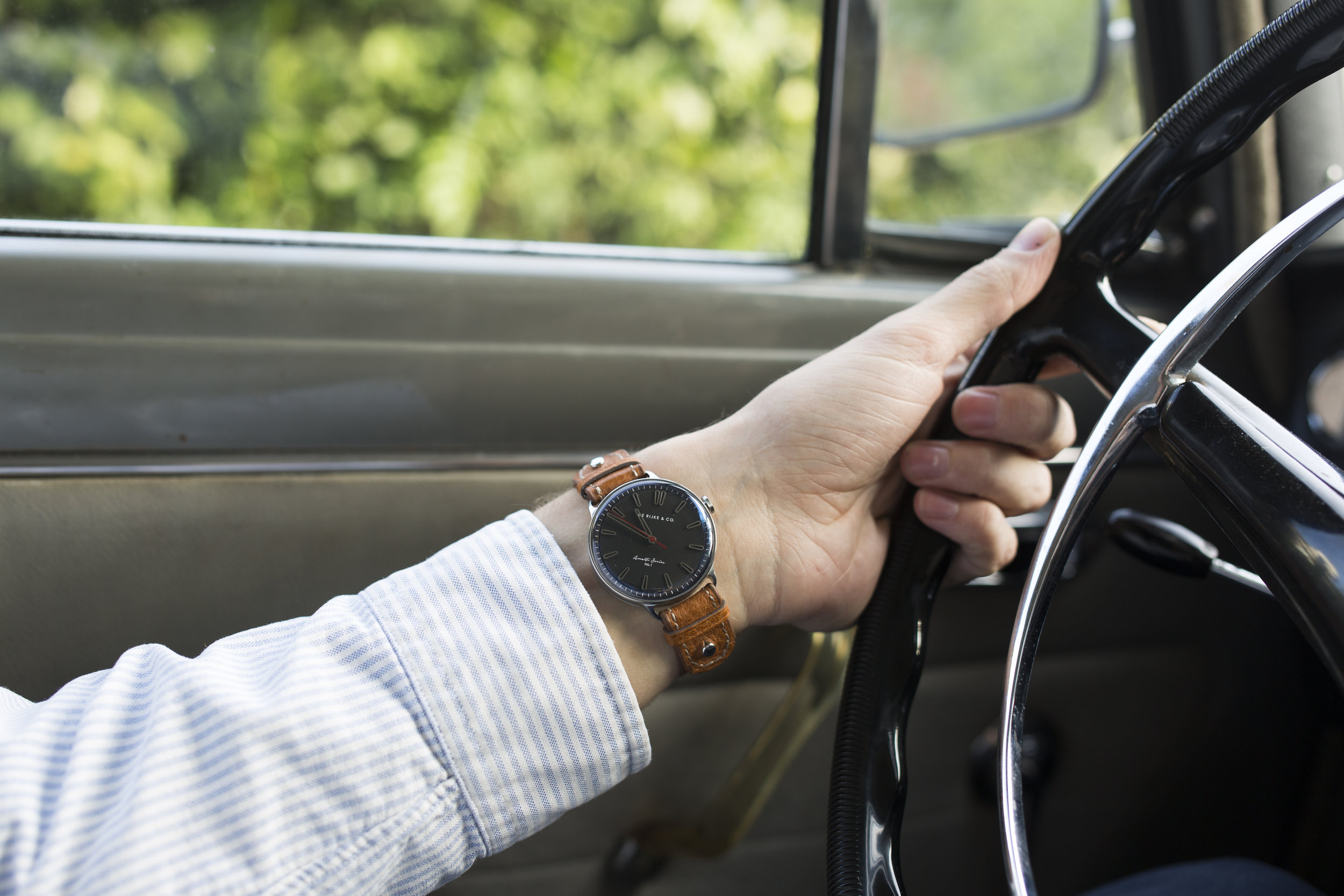 Driving Mode - The case rotated under an angle of 45 degrees and worn under the wrist for higher legibility while driving.