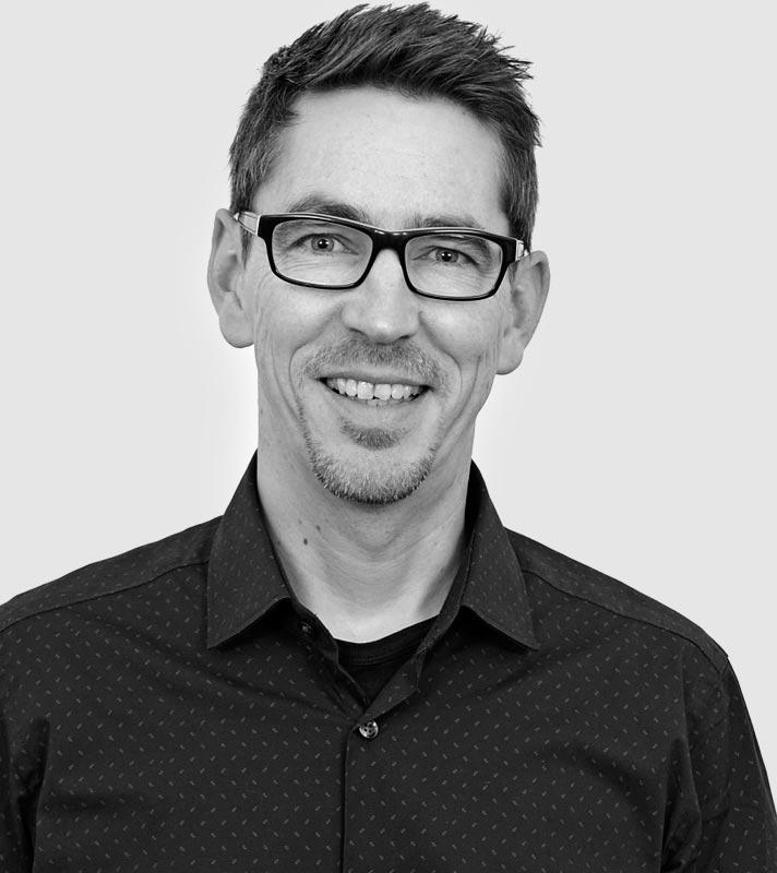GERALD - Texter & Creative Director.Gerald ist seit 2016 ein Teil von XXXXX. Einer, der schnell versteht, worum es geht und von selbst sieht, wo man was verbessern könnte. Zu haben für klassische Kampagnen sowie Content für Magazine, Websites, Social Media-Aktionen und Mailings. Zack, fertig.