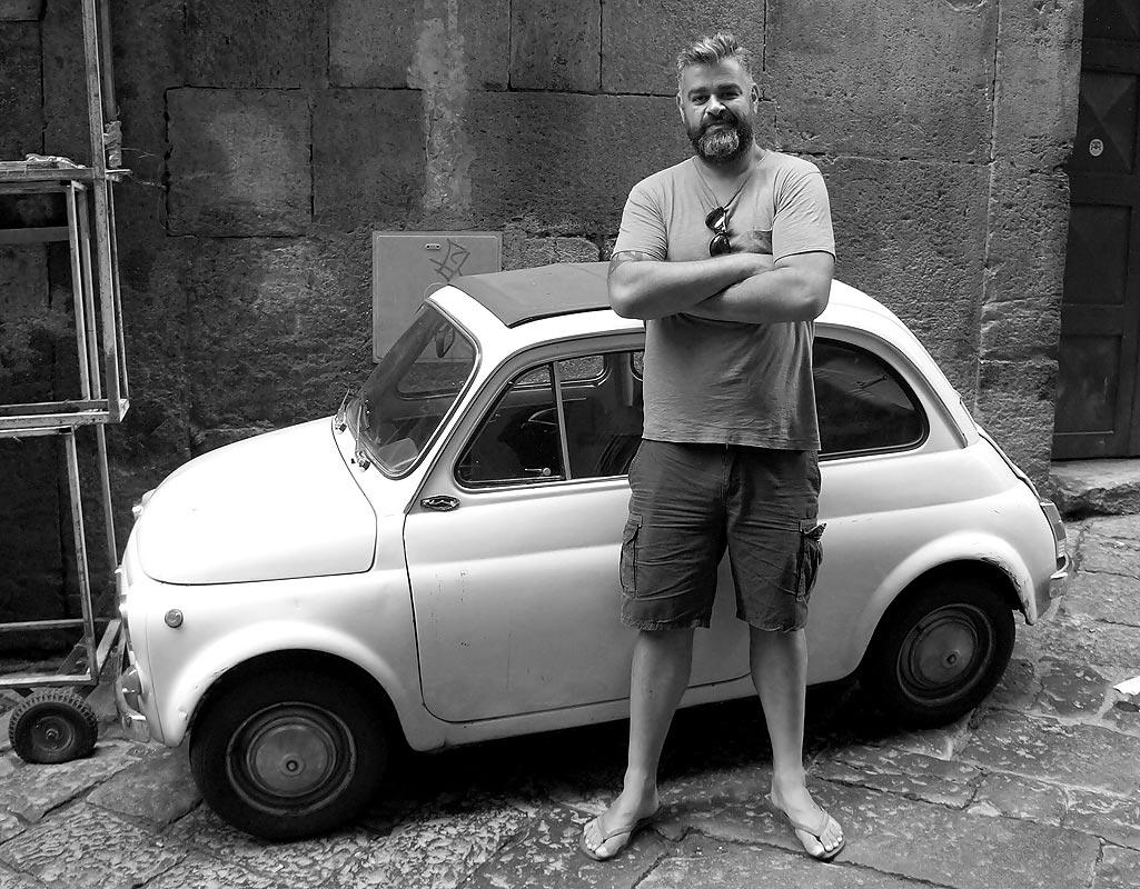 DANIEL - Art Director & Balkan-Experte.Angefangen hat alles 2002: Daniel beschloss sich der Ästhetik zu widmen. Drei Jahre lernte er alles über Farben und Formen, studierte Schriften und verstand schließlich, wie Design kommuniziert. Seit 2005 ist er nun zum Glück in der Werbung zu Hause, hat große Marken poliert und kleine zum Leben erweckt. Dazwischen ein paar Preise kassiert. Daniel mag serbisches Reisfleisch.