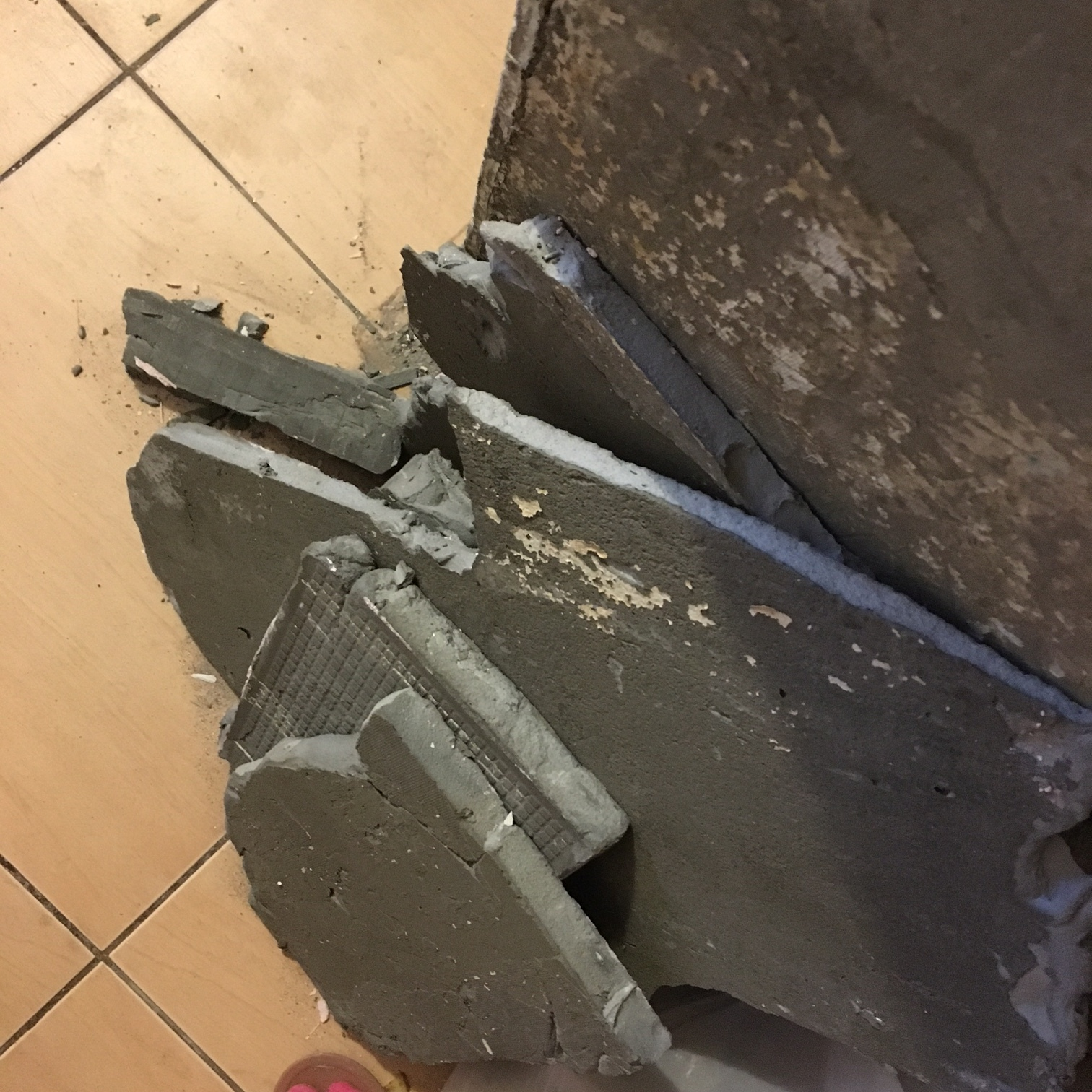 Если решите отбить старую плитку, готовьтесь выносить тонны плиточного клея