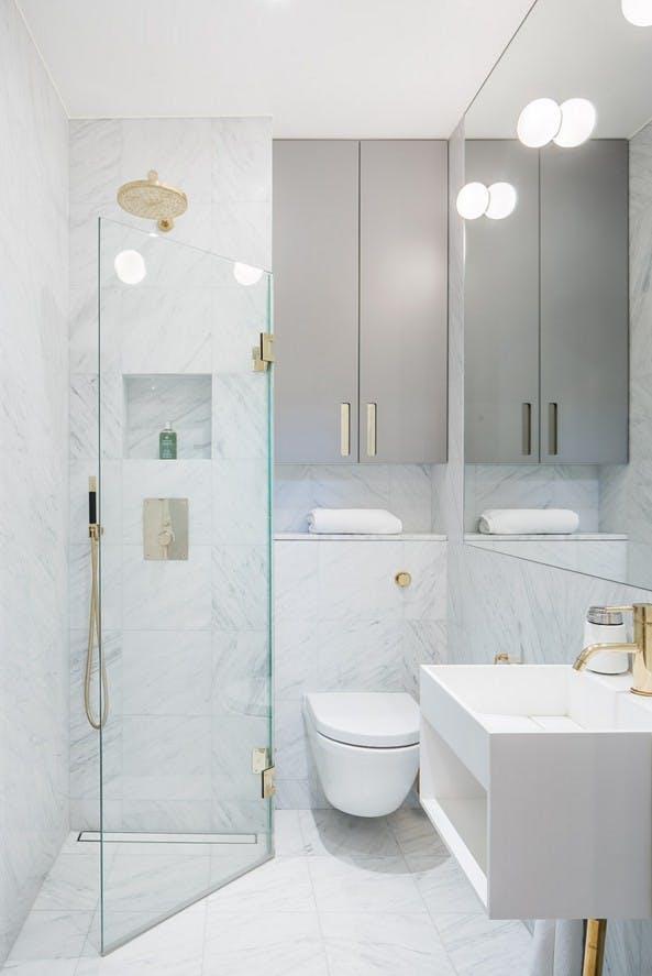 открытый душ с раздвигающейся стеклянной перегородкой     источник