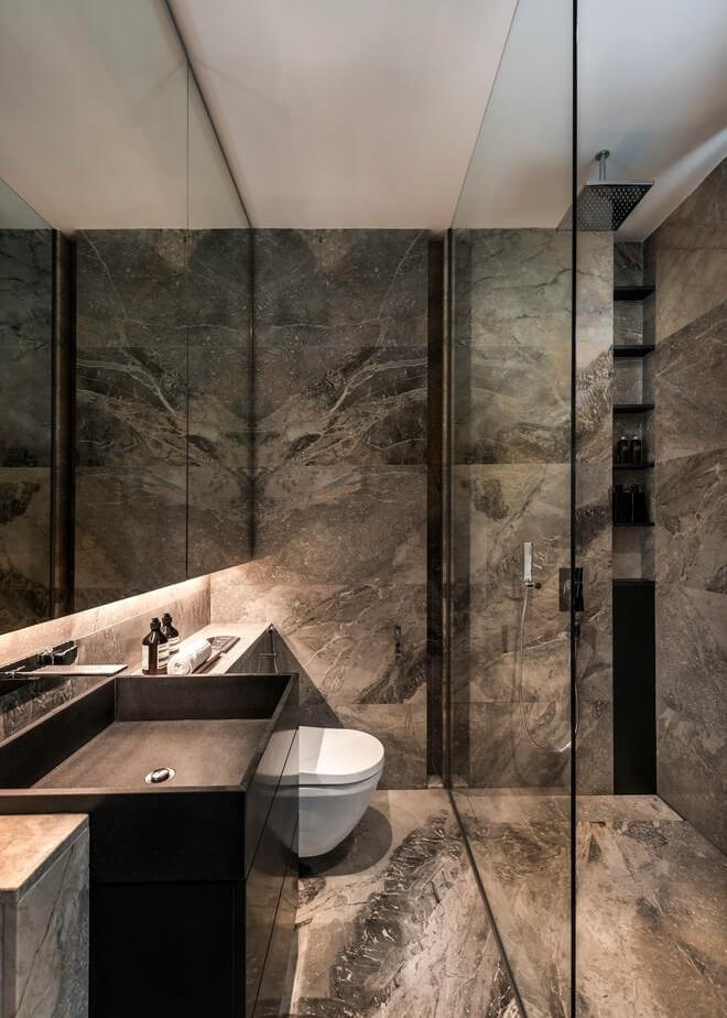 в паре с зеркалом использование той же отделки пола, что и на стенах, не дает глазу оценить реальные размеры пространства, и помещение кажется больше.   источник