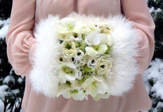 зимний букет невесты в виде муфты, зимняя свадьба