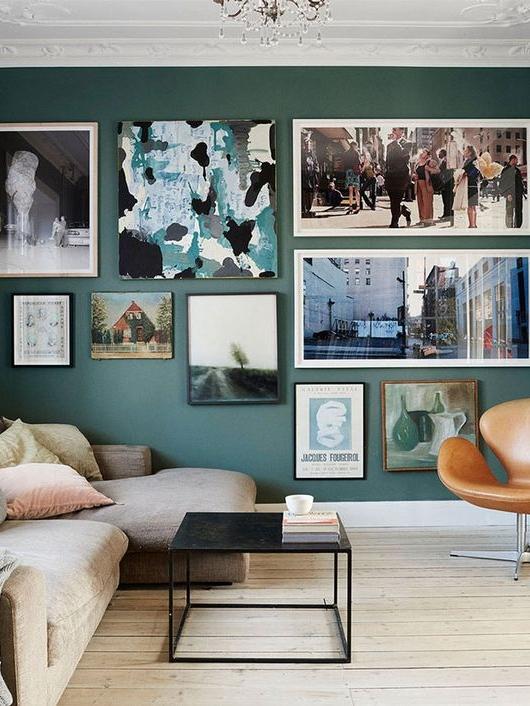 стена, декорированная картинами, постерами и фотографиями  источник