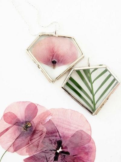 украшения из засушенных цветов  источник , заказать пустые медальоны можно  здесь
