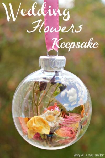 елочные украшения с цветами из букета невесты источник