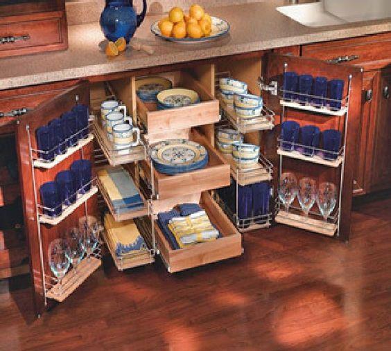 система выдвижных ящиков и полок для лучшей организации пространства в кухонном шкафу  источник