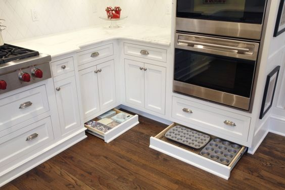 выдвижные ящики под кухонным шкафом в цоколе  источник