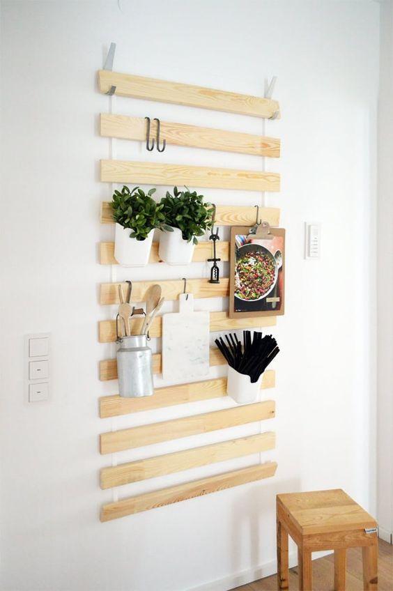 подвесная полка-органайзер из деревянных планок  источник