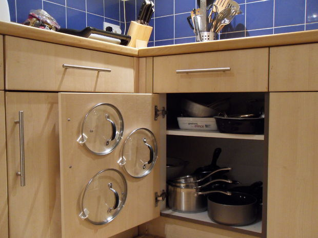 хранение крышек на дверце шкафа с помощью крючков источник