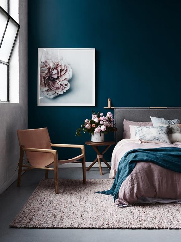 спальня с темно-бирюзовыми (сине-зелеными) стенами  источник