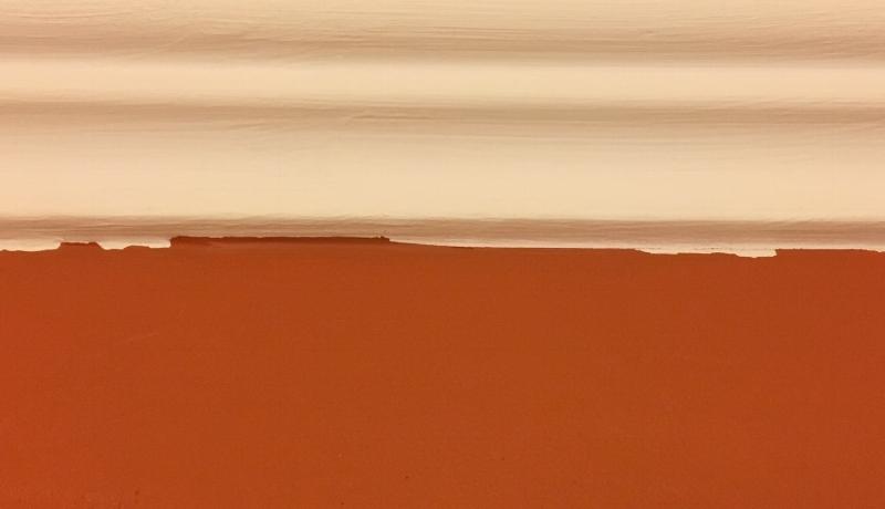 При покраске обоев проблемы не возникло. А при покраске стен на кухне малярный скотч потянул за собой высохшую краску, когда я оставила его слишком надолго. Пришлось подкрашивать тонкой кисточкой