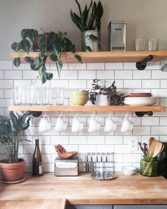 открытые полки на кухне  источник