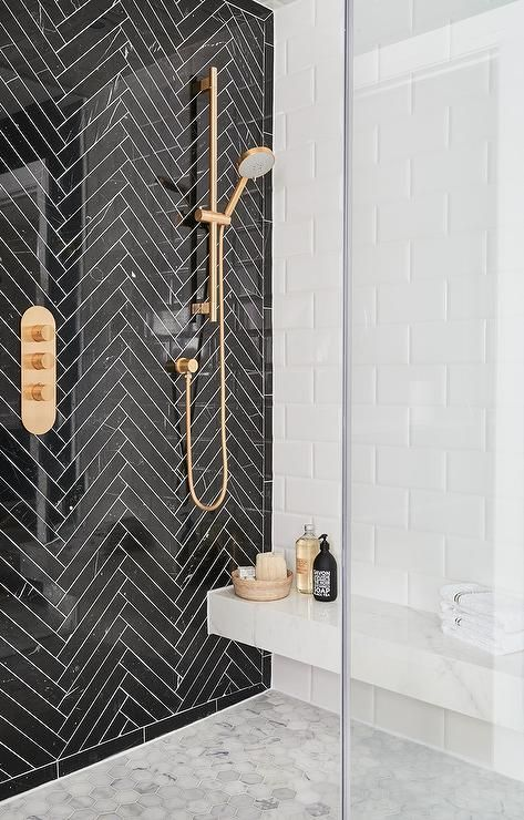 черная плитка елочка и мраморная шестиугольная плитка в ванной  источник