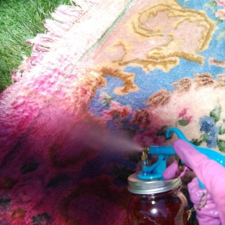 Смешать жидкий краситель с водой - В мастерклассе не говорится, сколько частей воды и сколько частей красителя смешивала автор. Но она упоминает, что разбавляла краску горячей водой и готовила состав порциями.Лучше всего смешать небольшую порцию и протестировать на образце похожего состава и цвета. От степени концентрации раствора зависит насыщенность оттенка.