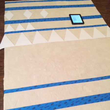 Примерка рисунка - Автор решила перестраховаться с расчетами и еще раз убедиться, что ее устраивает рисунок в реальном размере.Для этого она вырезала несколько повторяющихся фигур из бумаги и разложила их на ковре.