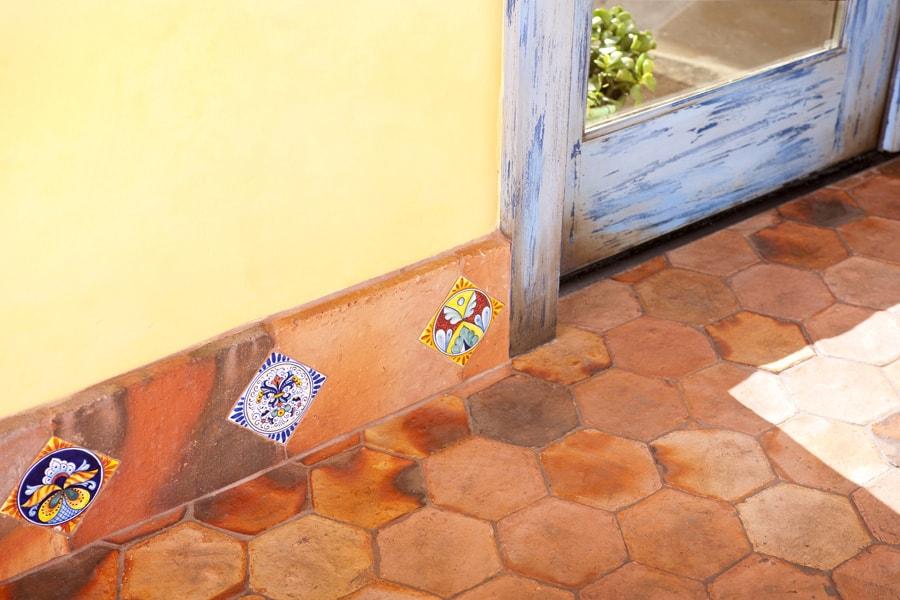 терракотовый плинтус  http://www.astlefordinteriors.com/item/hacienda-chic/