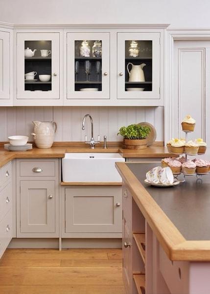 белый и серо-бежевый в оформлении кухни  источник