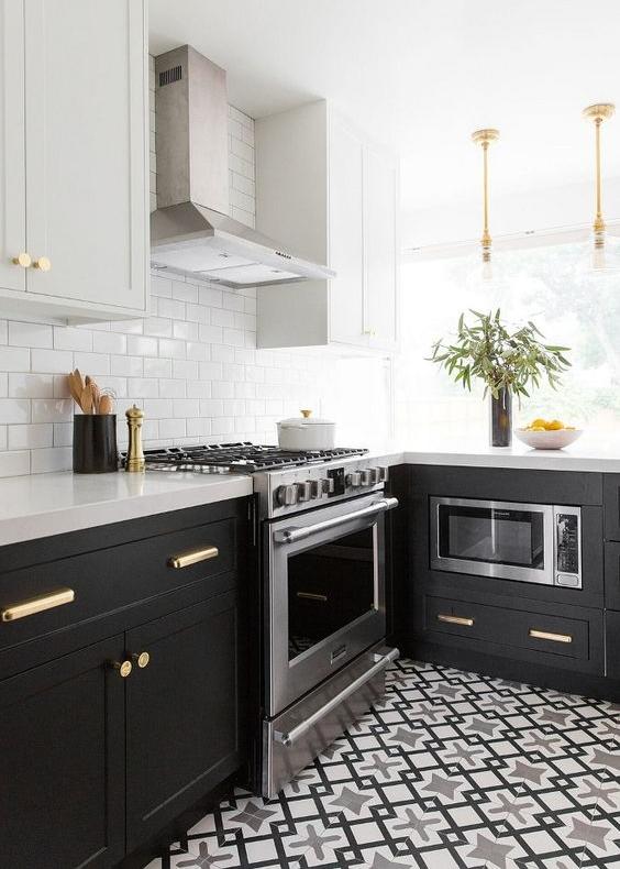кухня в черно-белых цветах  источник
