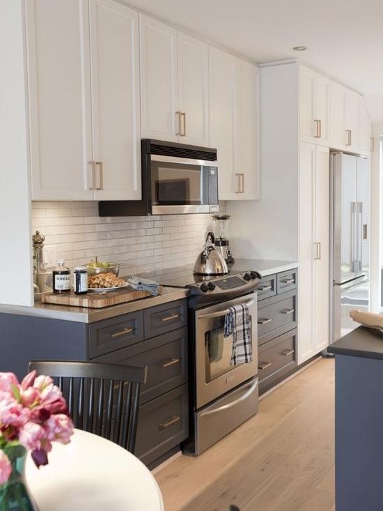светлые верхние кухонные ящики и темные нижние  источник