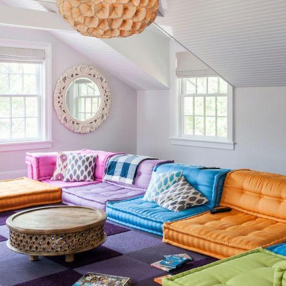 цветная тень на стене от яркой мебели. пример цветового рефлекса  фото