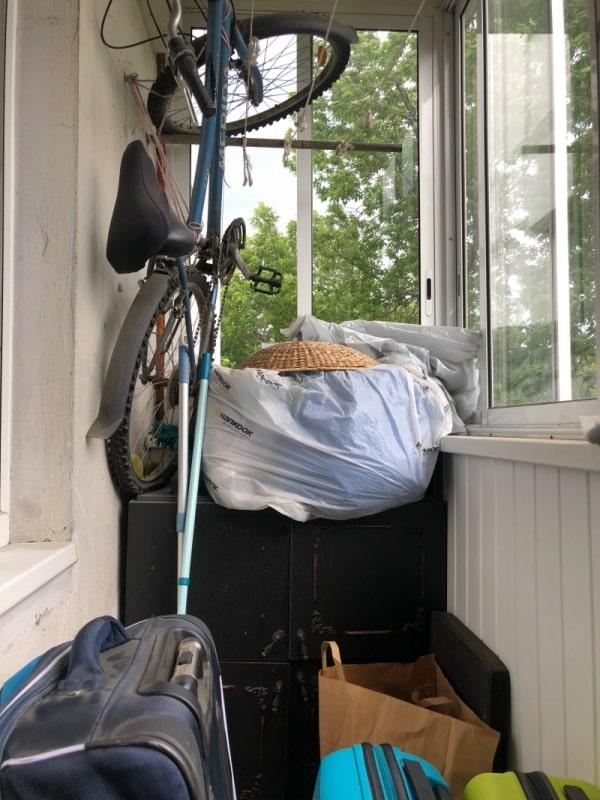 расчистить захламленный вещами балкон