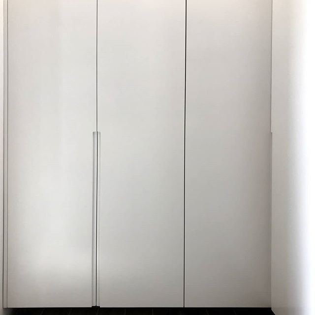 Wardrobe in white lacquer with minimal routed handles . . . . . #whitewardrobe #whitefurniture #nohandles #bespokejoinery #bedroom #dressingroom #minimal #design #carpenters #joinery #wood #oak #kitchens #wardrobe #doors #furniture #furnituredesign #interior #interiordesign #interiorarchitecture #architecture #luxuryinteriors #designlovers #carpentercyprus