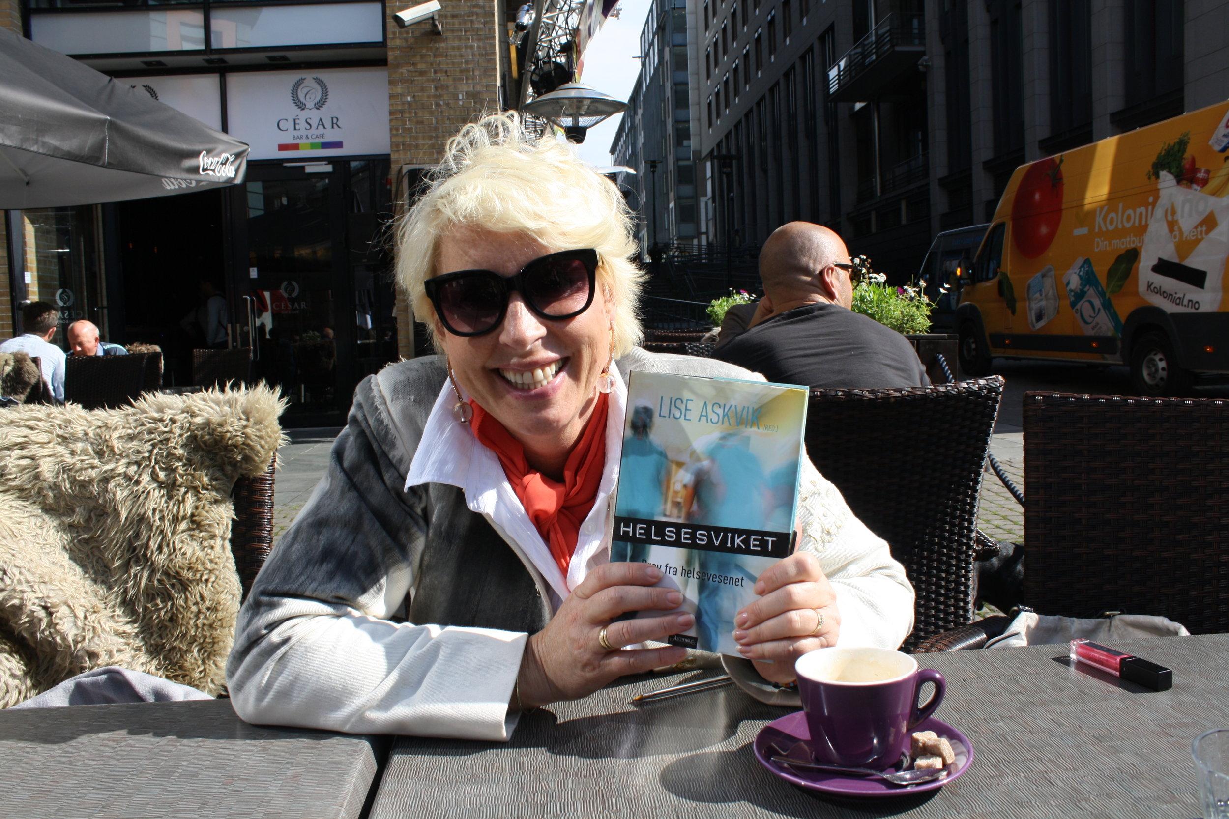 Lise Askvik holder opp boka helsesviket.jpg