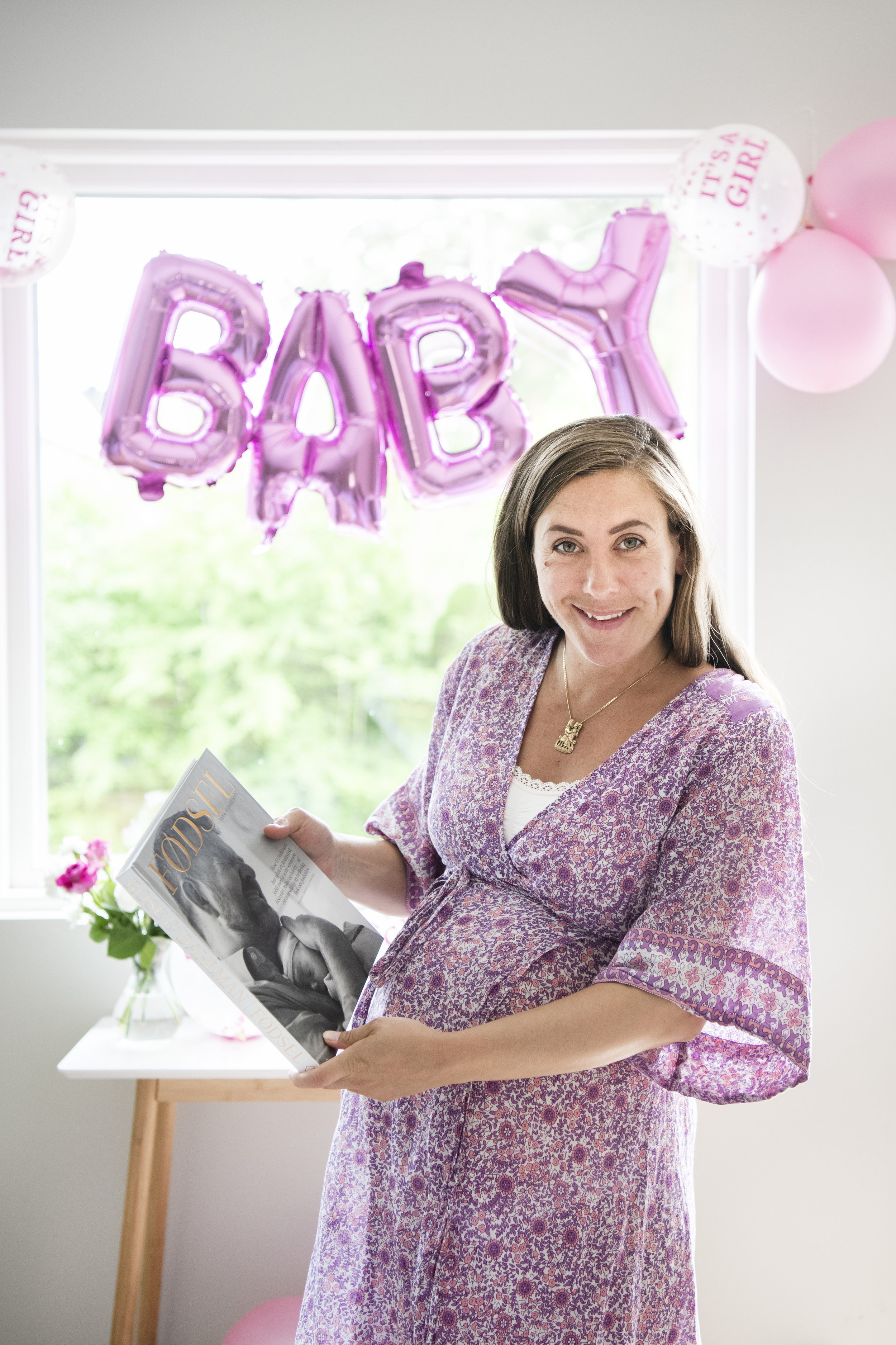 """Reklame:   På gavebordet lå boka """"FØDSEL"""". Sara har lest boken og føler seg godt forberedt til fødselen.  Boka kan kjøpes på Vipps fra Barnebokforlaget #137641. Velg FØDSEL HJEM, og du får den levert hjem portofritt. FØDSEL er en bok om å ta personlige valg i fødsel - som gjør det enkelt å planlegge hvor og/eller hvordan du vil føde.   Foto: Eva Rose"""