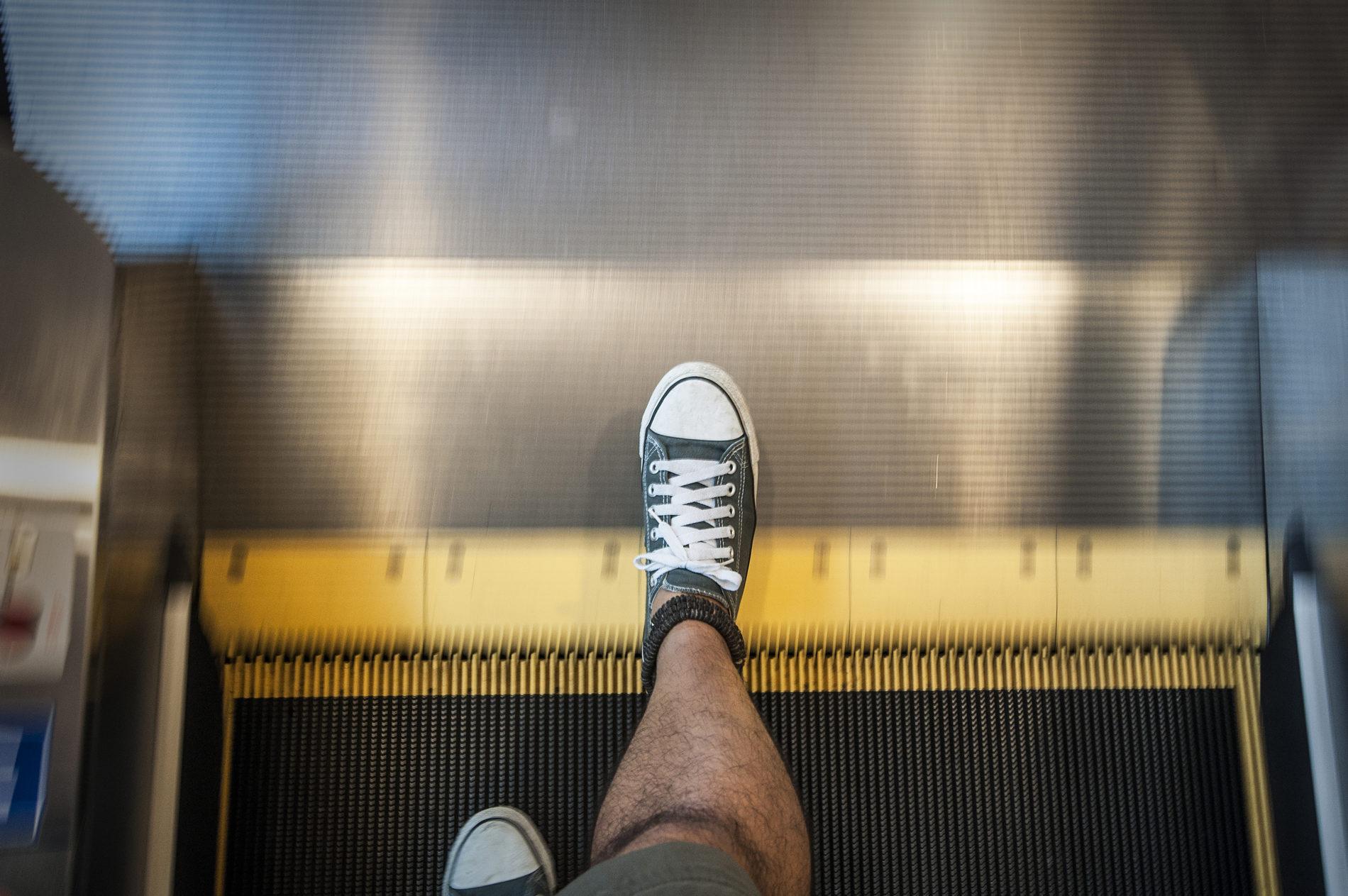 Get-On-and-Off-an-Escalator-Step-5-e1474505062905.jpg