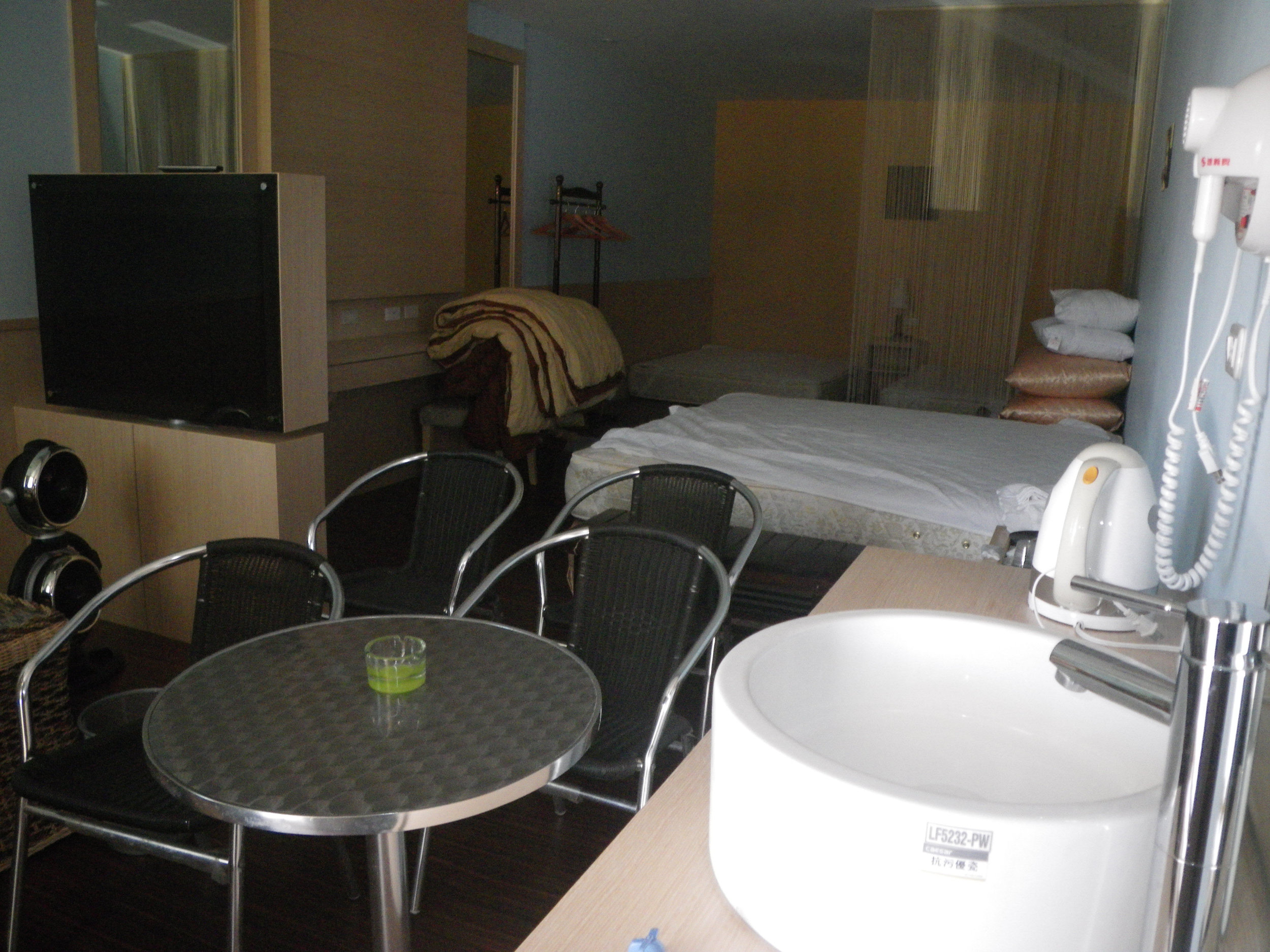 6 person room.jpg