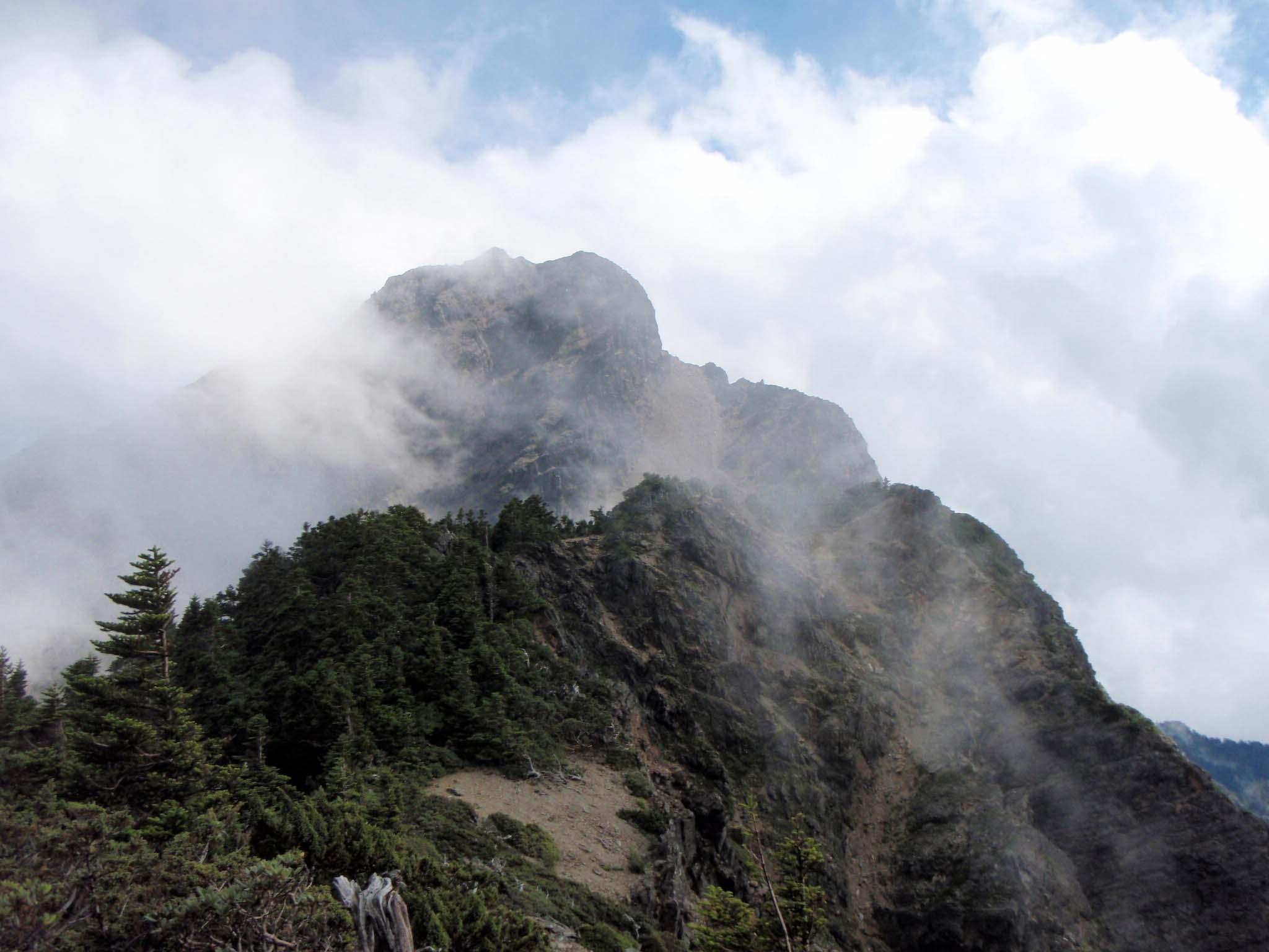 Yushan peak in mist.jpg