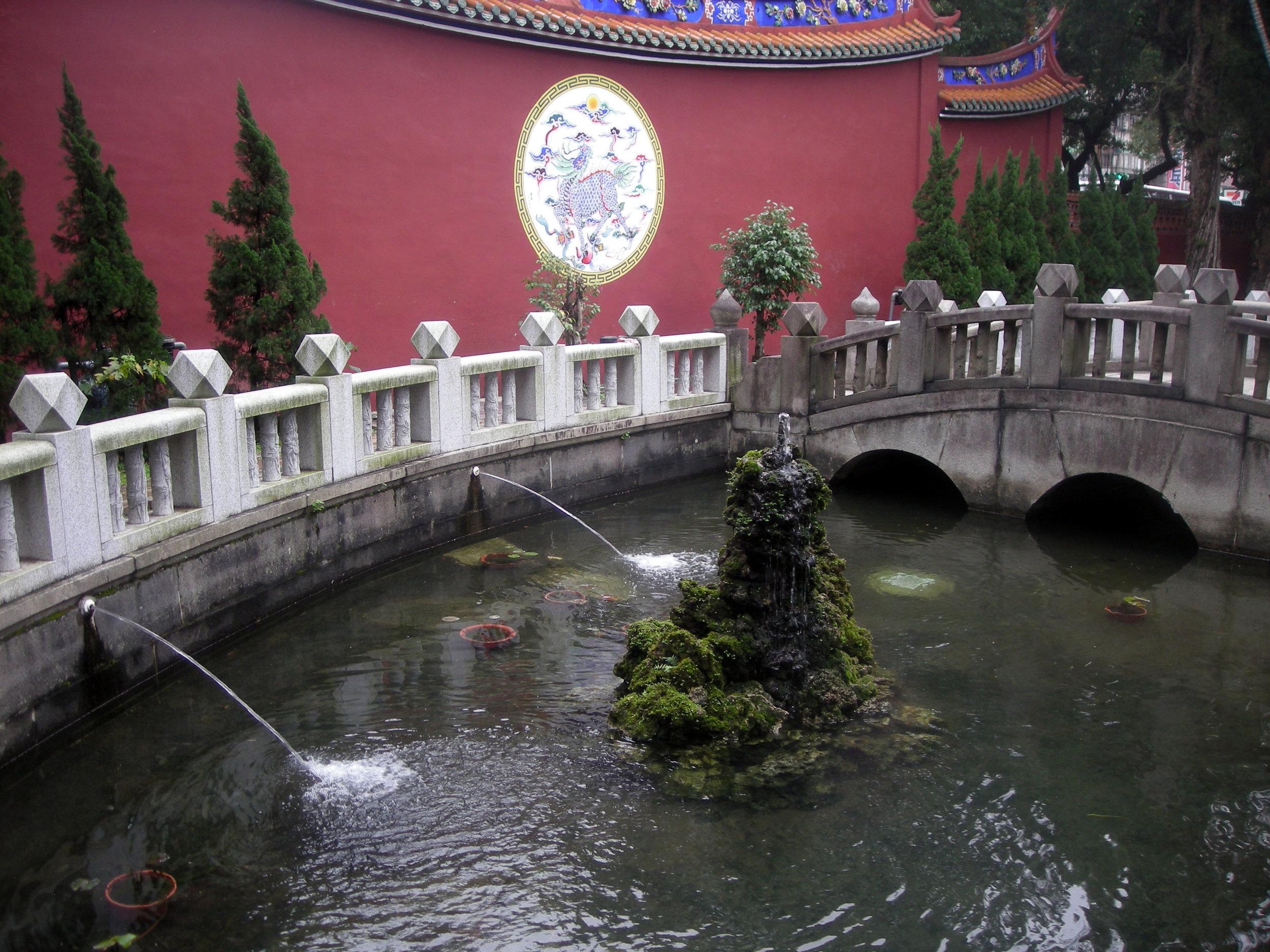 Confucious temple pond.jpg