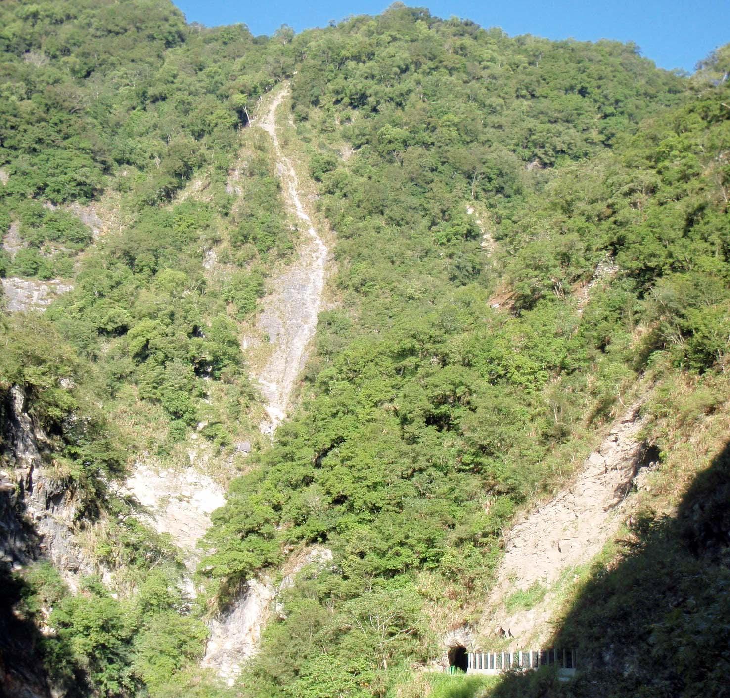 Taroko mountain tunnel.jpg