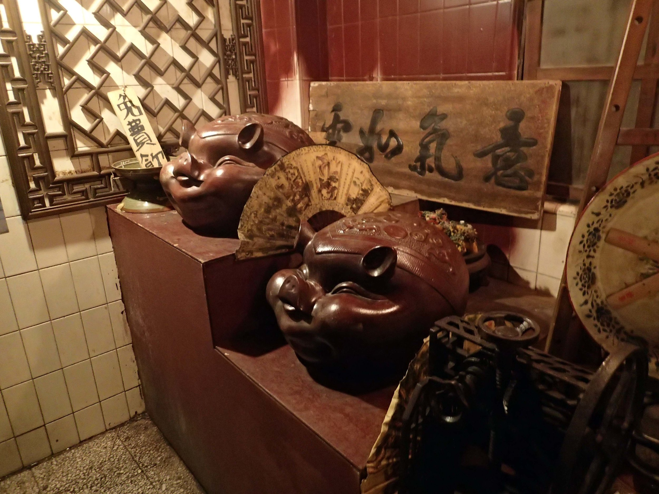 pig statues.jpg