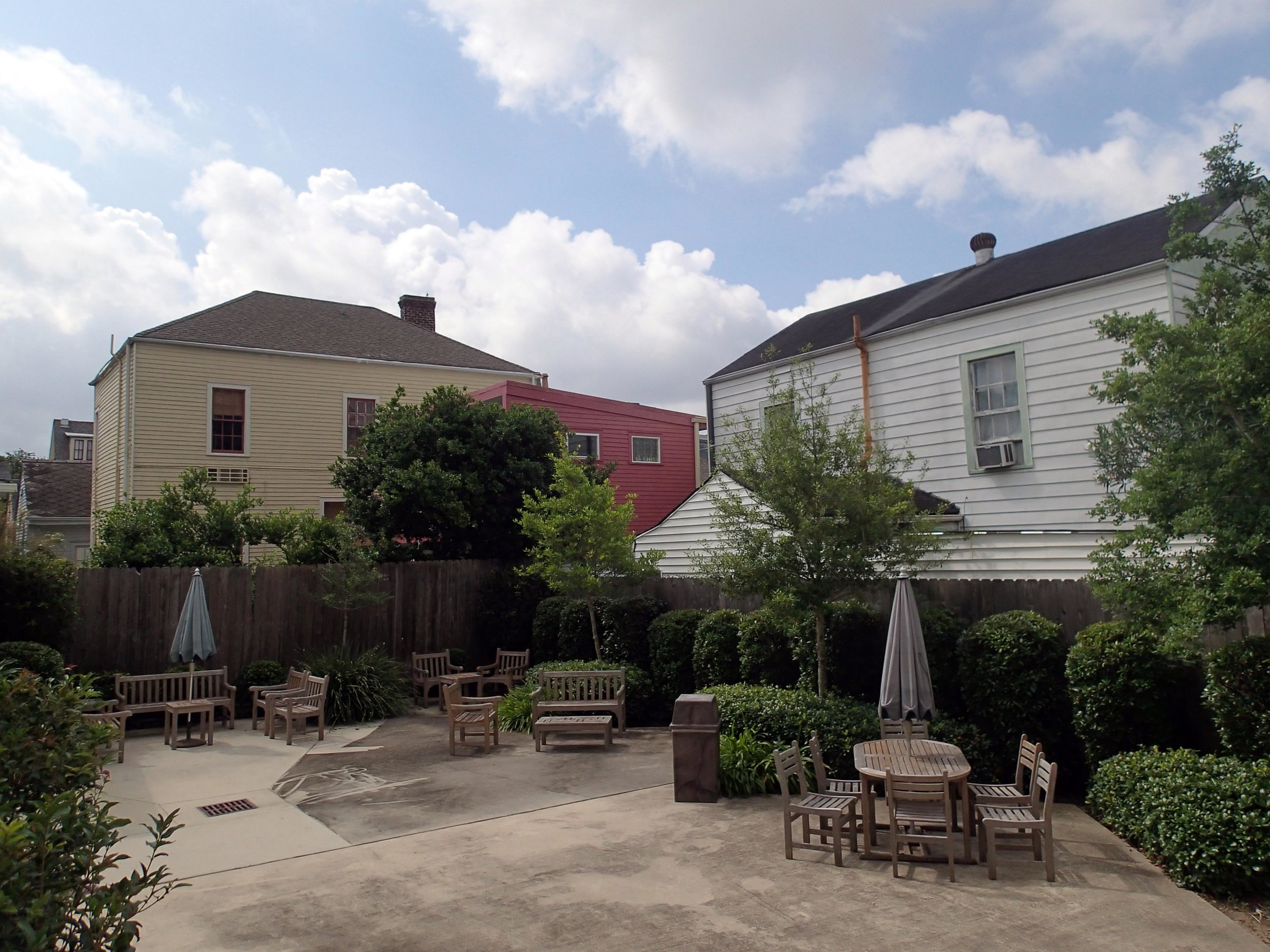 Prytania Oaks courtyard.jpg
