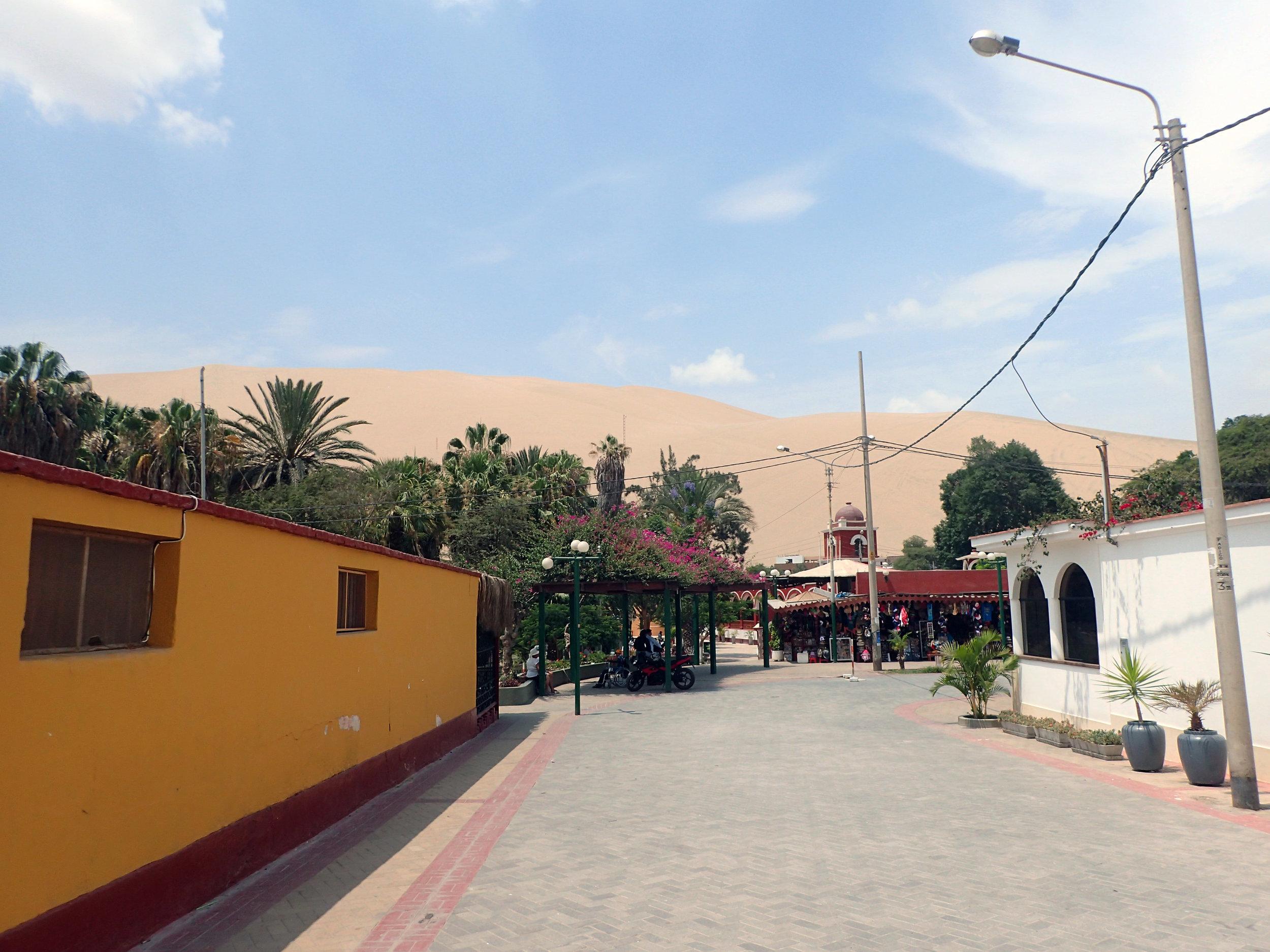 Huacachina pueblo.jpg